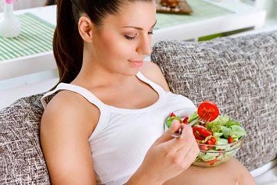 беременная ест салат