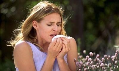 девушка чихает от цветов