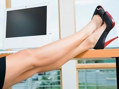 ноги на столе в офисе