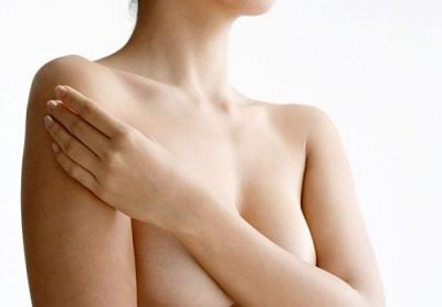 женщина закрывает грудь