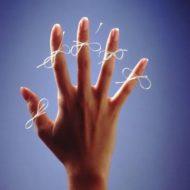 пальцы рук с нитками