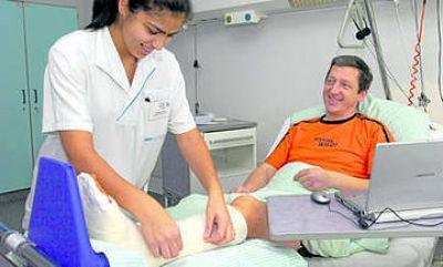 врач и пациент в гипсе