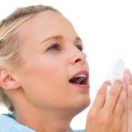 девушка чихает от аллергии