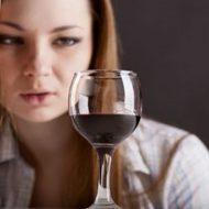 девушка и бокал вина